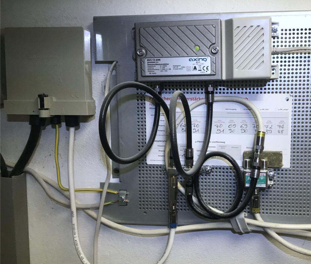 typische Kabel-TV-Installation am Hausübergabepunkt mit Hausanschlussverstärker